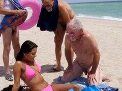 Los ancianos todavía saben cómo recoger chicas. Los ancianos todavía saben cómo recoger chicas