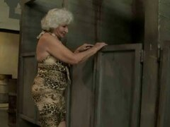 La abuela se la follan en baño público