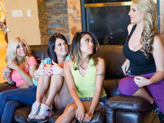 Brazzers casa episodio uno, ¿qué sucede cuando usted diez de las actrices porno más sexys en el biz bajo el mismo techo y pedimos las fans a votar y corona a la nueva reina del porno? Sólo la realidad súper caliente serie porno Brazzers House, tu mejor op