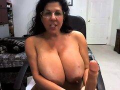 Voluptuosa mujer madura se folla ella misma con un consolador en webcam