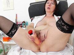 Enfermera madura Blanka mostrando sus habilidades de masturbación a solas