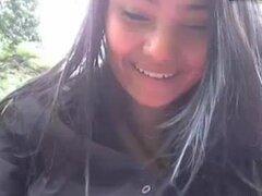 chica colombiana en parque público,