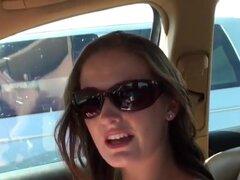 Babe teen maravillosa Hailey es agradar a su hombre Jmac justo en el camino, sentado sobre el sentarse delante del coche, y haciendo una mamada a su novio.