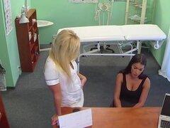 Enfermera follando con paciente enormes tetas sobre la mesa. Enfermera ayuda médico al examinar las tetas enormes de paciente morena sexy entonces dejó la oficina y enfermera continuar sexo lésbico en el hospital falso