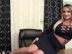 Sexy Rachel disfruta placer a su hirsutas coño