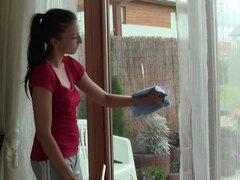 Adolescente de lavado de ventana sería mucho más bien los dedos su coño - A Nicoleta