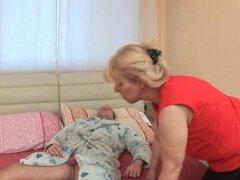 Abuela gordita recibe polla por su culo