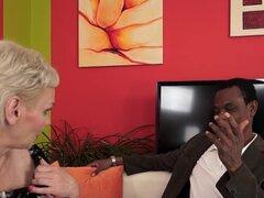 Dick negro folla a la abuela de pelo corto
