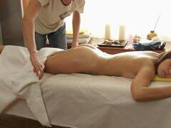 HD follando en video de salón de masaje, este cutie hawt vino aquí para un masaje relajante, pero el abeto masajista sabe una forma mejor para hacerla sentir completamente relajado. Este Chab comienza con un masaje erótico de hawt que adquiere la belleza