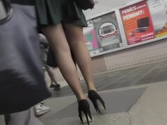 Bombazo en medias en el upskirt voyeur video, tubería caliente medias y falda corta no puede permanecer sin upskirting caliente y ciertamente parecen increíblemente.