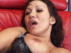 Ella chupa la polla profundamente en su garganta