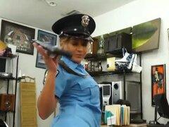 Oficial de policía tetona barillado por el hombre de peón en la casa de empeños