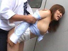 Follandose a una jovencita Japonesa adolescente contra su voluntad en el autobus y en la oficina