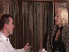 Francesa madura anal follada en un bar