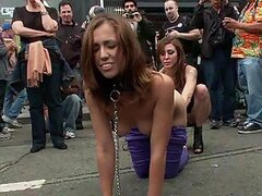 Caliente morocha muy puta disfruta ser humillada y follada en publico mientras la observan