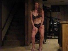 Bailarín de poste de pelirroja, maravillosa casa hace video porno con una chica que sabe cómo manejar su dulce coño. Esta zorra sexy baila y los dedos a su twat hasta que todo se moja de placer sexual.