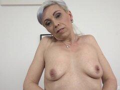 Abuelita Kathy White obtiene desnuda para obtener dicked por un semental negro - Kathy White