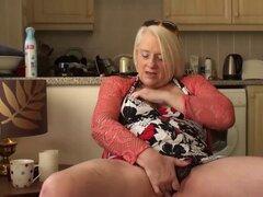 La abuela rubia madura británica Carol los dedos su coño mojado. La abuela rubia madura británica Carol los dedos su coño mojado
