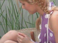 Frágil adolescente Sasha jugando con sus pechos pequeños