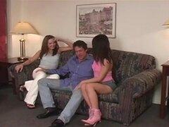 jóvenes hermanas follan con un hombre mayor por franchi
