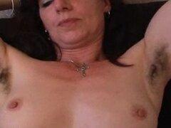 Amateur madura peluda en bragas extiende su coño