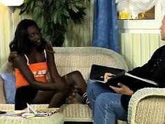 Hottie africana cachonda seduce a un hombre de negocios europeo. Ella