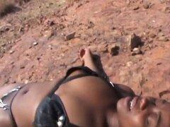 Sumisa chica Africana se pega mientras se está acostado en el suelo