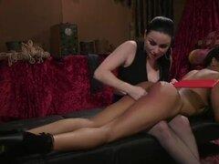 Ebony lesbiana culo azotado antes de oral