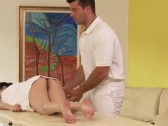 Chica mexicana Tetona follando a su masajista. Tímida tetona mexicana recibiendo un masaje desnudo antes de tomar sus masajistas corridas