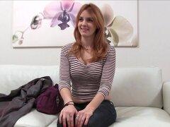 Chica española Sexy de falso agente en sesión de fotos sexy antes mamada