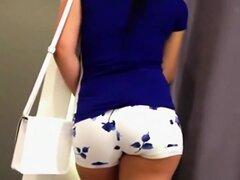 Culo atractivo en cortos calientes hermosas, estas caliente pantalones en blanco con pequeñas flores de color azul e hicieron su culo ver muy atractivo y captura de los ojos. Grupa redonda sería una gran cosa para subirse en un rey cama, y si ella le gust