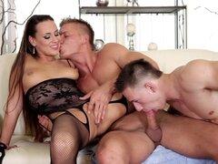 Chupar y follar anal llena un trío bisexual