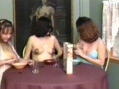Lesbianas juegan con sus tetas lechosas
