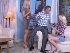 Madre e hija teniendo sexo duro con un tio afortunado