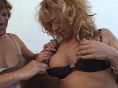 Lesbiana madura obtiene su coño follada con dos vibradores