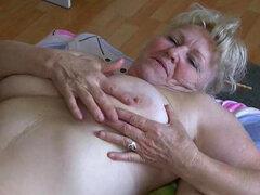 Dúo de grasa da una increíble mamada en trío