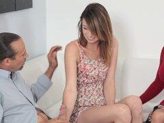 Pareja cachonda seduce a un adolescente para un trío anal - Ora de Aspen