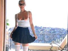Chica bailando en minifalda y sexy muslo medias alto - Kenna