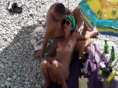 Mujer de tetas pequeñas nudista con el coño depilado, tetas pequeñas nudista mujer con coño afeitado, descansando bajo la sombrilla.