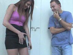 Chica caliente folla a un tio en su cara con consolador strapon