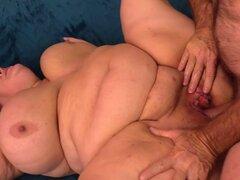 MILF gorda cachonda señora Lynn juega con su coño y luego un tio se la folla le. BBW sexy muestra su culo gordo tetas grandes y coño carnoso frote y dedos su coño y chupa un pene duro tan bueno entonces consigue su coño escariado buena en muchas posicione