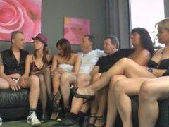 Grupo impresionante cogida de acción durante el partido swinger, un montón de broads muy follable y chicos calientes se follan durante la fiesta de s de swinger en este video de sexo de grupo.