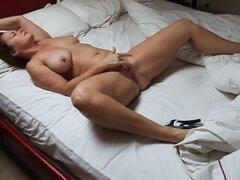 Madura masturbarse en la cama