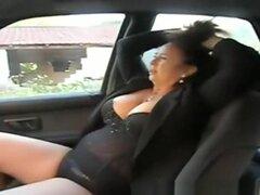 Gordita madura coche digitación, mujer madura gordita en asiento del pasajero del coche tira de sus bragas negras a los dedos de lado ad controlador su coño Calvo. Ella chupa en los dedos de su coño mojado y anda a tientas sus grandes tetas.