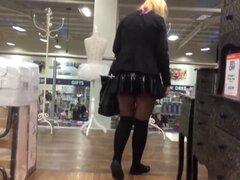 Lycaena compras y destella en minifalda de látex