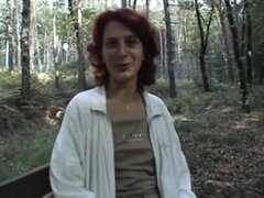 puta pelirroja obtiene desnuda en el bosque