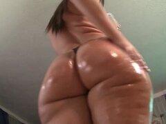 Babe aceites su enorme culo gordo y Jiggles en Cam