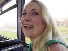 Dos amateur sexy fiesta en el autobús mientras Moviendonos, Sexy pelirroja y rubia amateurs babes burlas extraños en el autobús antes de que uno de ellos con su enorme polla follando mientras sus grandes tetas rebotando pov