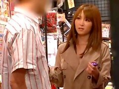 Miku Ohashi tiene algún travieso golpeando contra una tienda del libro