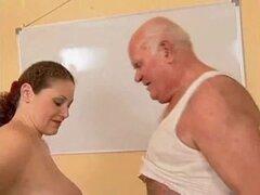 El abuelo se folla a una chica embarazada. Abuelo follar a una chica embarazada